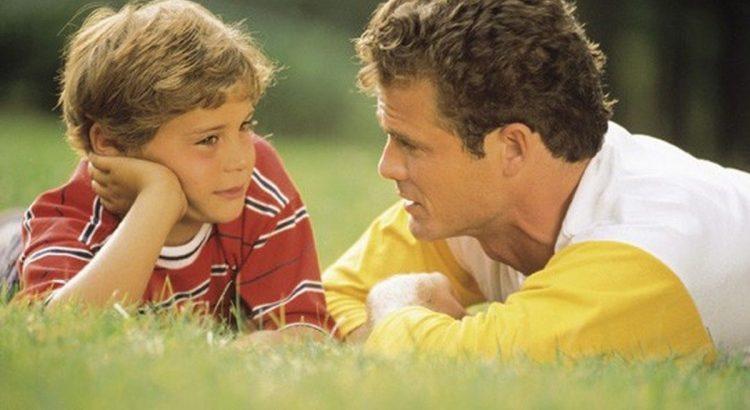 padre-conversa-con-su-hijo